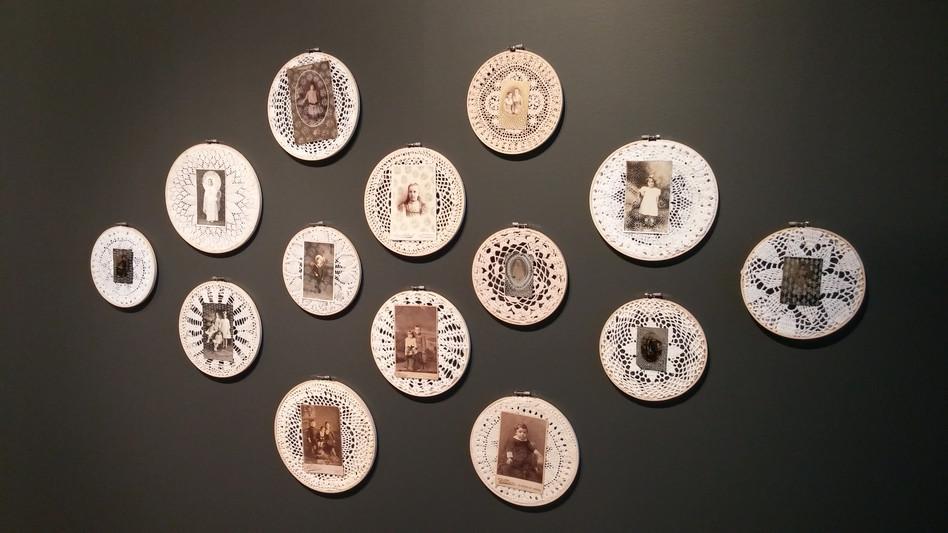 Installation de dessins sur photographies anciennes, Centre d'art Jacques et Michel Auger, 2016