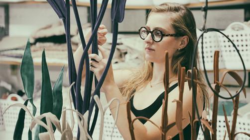 Inspiração que vem da natureza, utilizando o reaproveitamento de tecidos da indústria para confecção de plantas de arte..