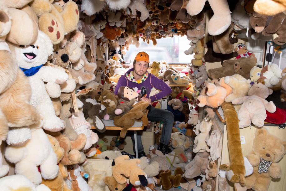 Pet (42) uit Utrecht heeft tientallen verschillende verzamelingen met in totaal meer dan 1000.000 items.      'Eerst was het Lego, daarna Playmobil, lekker klein en bovendien leuk om mee te spelen. Daarna werden het grotere zaken zoals knuffels, barbies en Dinky Toys. Verzamelen kreeg een diepere betekenis: het is een goede manier om te zien hoe ontzettend veel we als maatschappij consumeren en vervolgens weer weggooien. Neem nou knuffelberen; niemand wil een tweede hands knuffelbeer. Vaak worden ze na een eerste eigenaar weggegooid. Dat vind ik ontzettend zonde, mensen zouden verder moeten leren denken. Stop ze bijvoorbeeld in een kussen dan zijn ze nog jarenlang op een praktische manier te gebruiken. Op het moment bouw ik een kasteel van autobanden en gebruik ik alle kleine autobandjes uit mijn lego verzameling om een maquette te maken. Omdat ik altijd bezig ben dingen te verzamelen, ervaar ik het wel als een druk in mijn leven. Als iemand morgen tegen me zou zeggen; je stopt ermee, dan zou dat wel een hele opluchting zijn. Het organiseren van opslagruimte voor mijn verzamelingen en de verantwoordelijkheid om nog íets met de spullen te doen is best groot. Momenteel ben ik gefascineerd door auto's, ook zo'n wegwerp product. Jammer genoeg kost dat nóg meer opslagruimte en geeft het me soms slapeloze nachten als ik denk aan waar ik alles kwijt moet.'