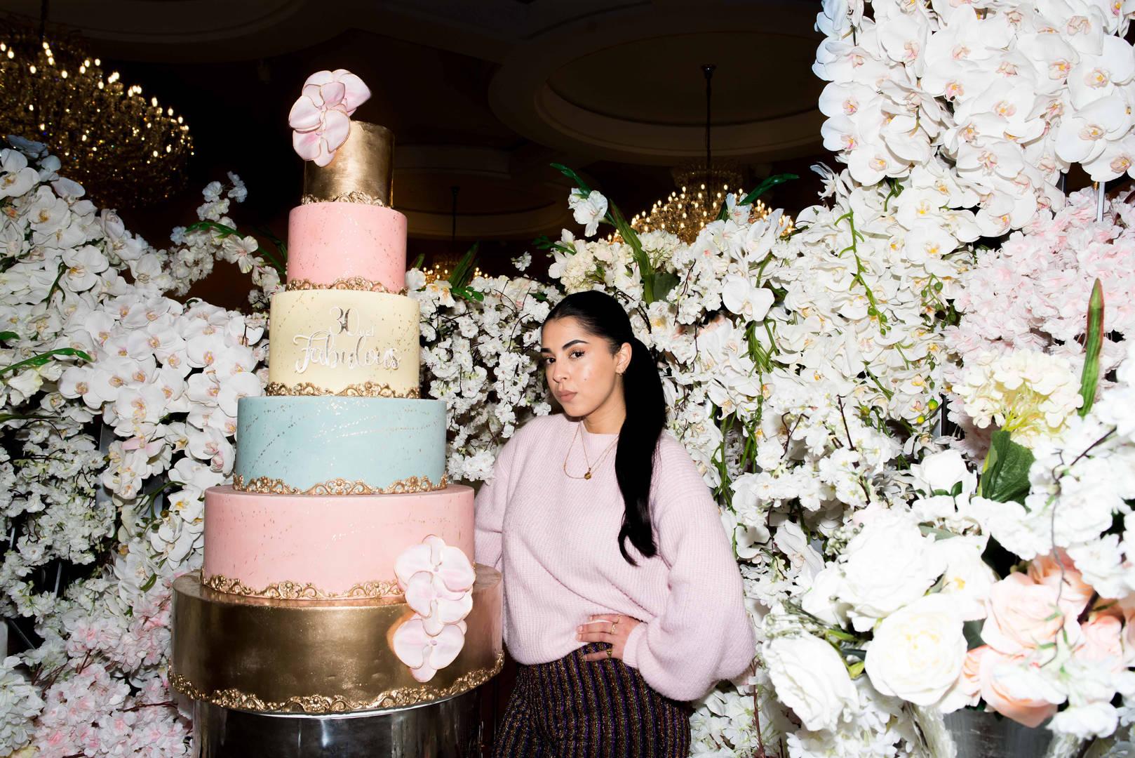 Maryam (26) uit Amsterdam is het creatieve brein bij Couture Cakes waar zij de meest exclusieve taarten ontwerpt voor feesten in binnen –en buitenland.  'Wij zijn geen bakkers, geen patissiers of taartenbakkers maar cakedesigners. In Nederland zijn mensen niet gewend om met een taart groots uit te pakken, de trend van grote extravagante taarten is langzaam overgewaaid uit Engeland en Amerika waar het al veel normaler is om op een feest indruk te maken met een taart. Inmiddels werken we voor een heel arsenaal aan bekenden Nederlanders zoals Ronnie Flex, Monica Geuze, Anna Nooshin en Famke Louise. Ik denk we voornamelijk succes hebben omdat wij écht durven uit te  pakken, we durven grenzen te verleggen. Ik zeg ook altijd: 'the sky is the limit'. Twee jaar geleden werden we gebeld door Yolanthe (Cabau van Kasbergen, red.) met de vraag of we een taart voor de verjaardag van haar zoontje wilden maken in de stijl van Cowboys en Indianen. Na dagenlang bakken en voorbereiden werden de taarten gekoeld per vrachtwagen richting Cannes gereden, waar het kinderfeestje werd georganiseerd. Als cakedesigners maken we alle taarten op maat, we kijken naar het soort feest, het thema, de locatie en de wensen van de klant. Ooit vroeg iemand om een 10 laagse taart voor zijn bruiloft, in Nederland was dat nog nooit eerder gemaakt. Het is enorm arbeidsintensief om zo'n taart te maken en er is veel expertise en deskundigheid voor nodig om de tien lagen te kunnen maken. Een taart wordt bijvoorbeeld gestut, en ook zorgen we ervoor dat er geen vingerafdrukken blijven staan in het fondant als mensen per ongeluk de taart aanraken. In ons taartenatelier werkt een heel team aan de taarten die we maken: er zijn mensen verantwoordelijk voor de cake, de constructie, de decoratie en de afwerking. In alle bescheidenheid durf ik te zeggen dat wij in het maken van exclusieve taarten de allerbeste van de Benelux zijn.'
