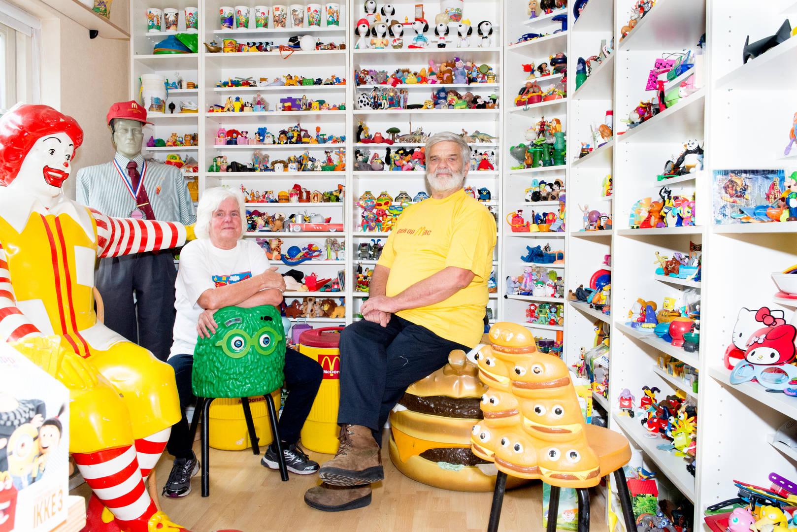 Rob (70) en Bep (66) uit Soest verzamelen al 18 jaar alles van McDonalds en hebben inmiddels een verzameling van meer dan 20.000 items.   Bep: 'Eerst waren het alleen de Happy Meal speeltjes uit Nederland. Toen we dat bijna compleet hadden zijn we ook kleding, meubilair, drukwerk en alles van de merchandising gaan sparen. Inmiddels zijn we 18 jaar verder en kunnen we zeggen dat we de grootste complete McDonalds verzameling van Nederland hebben, dat is wel iets om trots op te zijn.' Rob: 'Er zijn altijd mensen die iets van de McDonald's voor ons meebrengen als ze in het buitenland zijn geweest, zelfs de buren. En op verzamelaarbeurzen, waar we regelmatig onze verzameling tentoonstellen, ontmoeten we mensen die de gekste dingen kunnen bijdragen aan onze verzameling.' Bep: 'Door onze  verzameling hebben we er een hele familie bij, het voelt alsof we door de verzameling heel veel liefde ontvangen. Ook in moeilijke tijden, zoals vorig jaar - toen mijn moeder ernstig ziek werd - ontvingen we van mensen die we kennen via het verzamelen een kaartje. Dat geeft veel troost op zo'n moment.' Rob: 'Gek genoeg heeft McDonald's niet zo veel aandacht voor onze verzameling en moeten we veel moeite doen om alle nieuwe speeltjes bij elkaar te krijgen. Daarom gaan we twee keer in de week langs het McDonald's restaurant hier in de buurt. Dan kopen we de speeltjes los van de Happy Meals. We eten nooit bij de MCDonalds, we drinken er hooguit een koffie.'