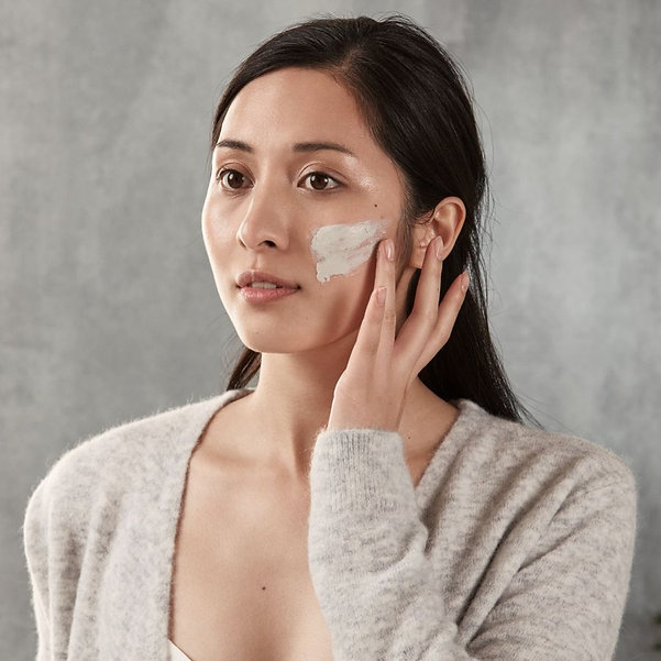 natural-clay-mask---model-in-bathroom.jp