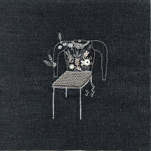 Silla con sweater con jardín negro