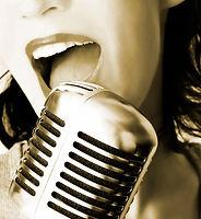 En tjej som uppträder live