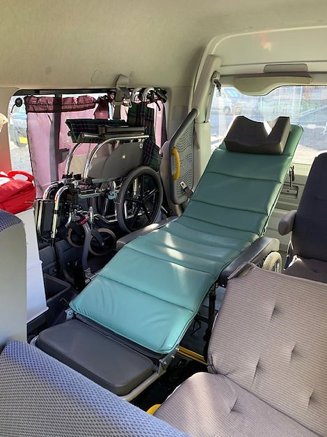 車内にリクライニング車椅子を