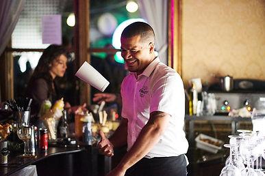 Steven issembe en prestation Flair bartender pour Finley France et l' agence Halloween Agency, flybottle, barman jongleur show