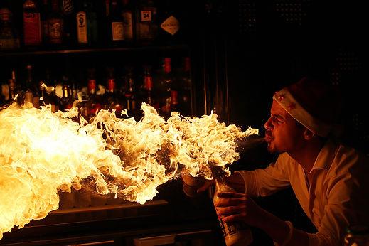 Bruno Ingargiola à l' hotel W paris Opera en pleinFire show bouteilles enflamées qui crache le feu. flamme, noel, feu