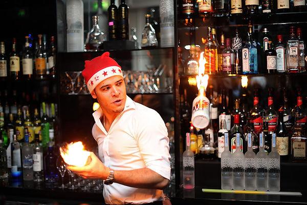 Steven Issembe en fire show, bouteilles enflamées hotel W paris Opera pendant la période de noël à Paris, show flair