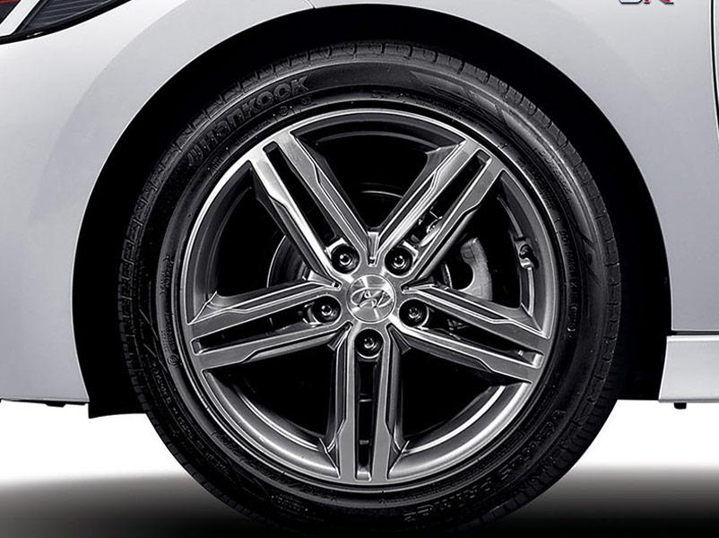 """17"""" diamond-cut alloy wheels."""