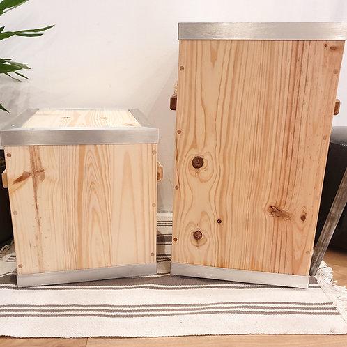À gauche: bac à croquettes en pin de 8kgs. À droite, bac à croquettes en pin de 15kgs.