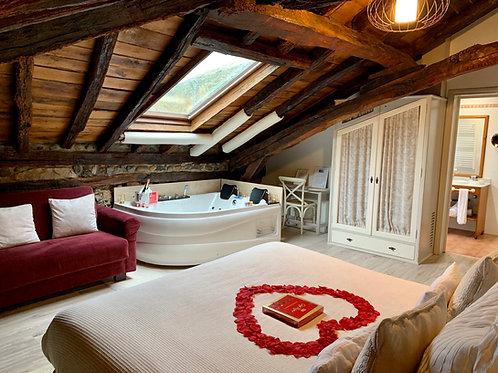 Escapada Romántica en Cantabria - Suite con Jacuzzi, Botella de Cava y Bombones