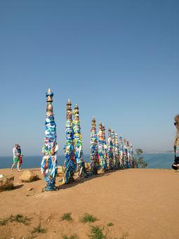 Фото достопримечательностей острова Ольхон на Байкале: сэргэ рядом со скалой Шаманкой (мыс Бурхан)