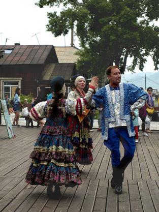 """Ансамбль """"Красная горка"""" на станции Порт Байкал Кругобайкальской железной дороги. Чтобы увидеть это место, просто позвоните: 8-3952-67-66-90 и закажите экскурсию."""