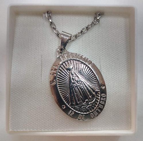 Gargantilha de metal com medalha de N. Sra. Aparecida
