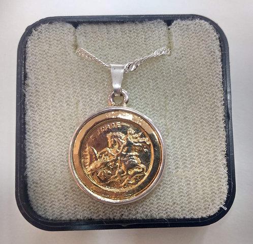 Gargantilha prateada com medalha de São Jorge dourada