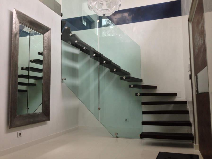 escalier marches bois fixé au mur