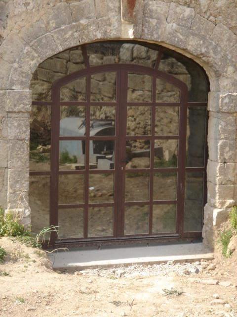porte en acier dans vieille pierre