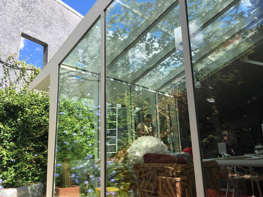 toiture vitrée et brise soleil en motif ombre d'arbre