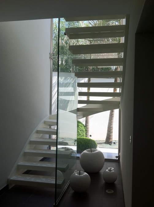 escalier marches soutenues par une parroie de verre