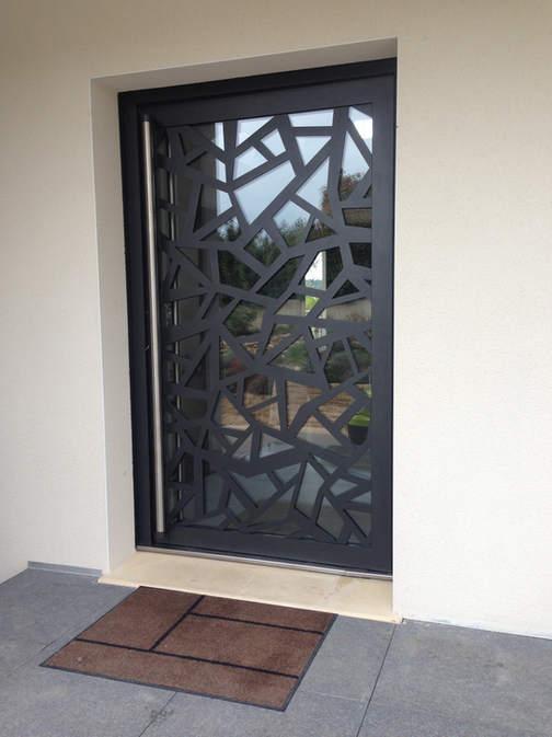 porte d'entrée vitrée motif découpé laser
