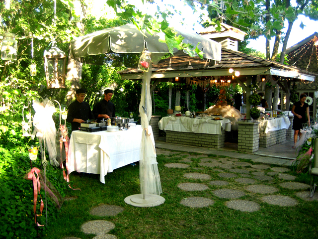 OUTDOOR CATERING IN GAZEBO