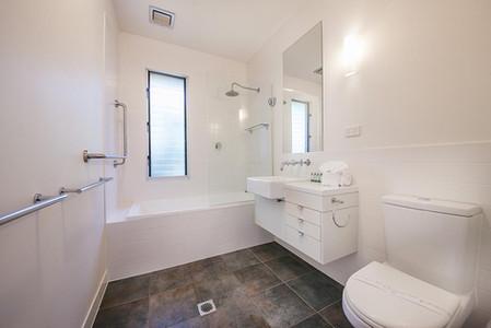 Main Bathroom with full sized bath