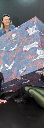 Profissionais de arquitetura na instalação da Muse Wallpapers no BOOMSPDESIGN