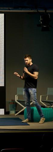 Pedro Greghi palestrando durante o BOOMSPDESIGN