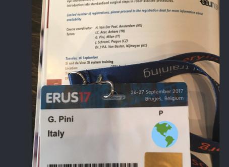 Tutor su simulatori di chirurgia robotica durante il convegno europeo di chirurgia robotica in urolo
