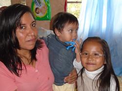 Allison con su mamá y hermanito.