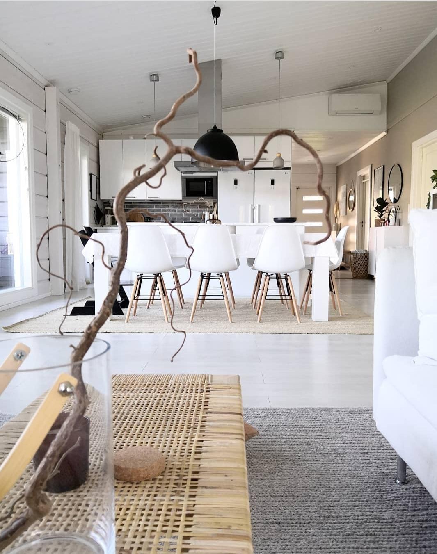 Ad-bA: cuisine scandinave blanche avec sa salle à manger