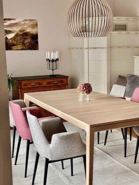 Esszimmer, Ixxi, Octo Leuchte von Secto Design, Esstisch von Team7, Stühle von Pfister, Teppich von Benuta