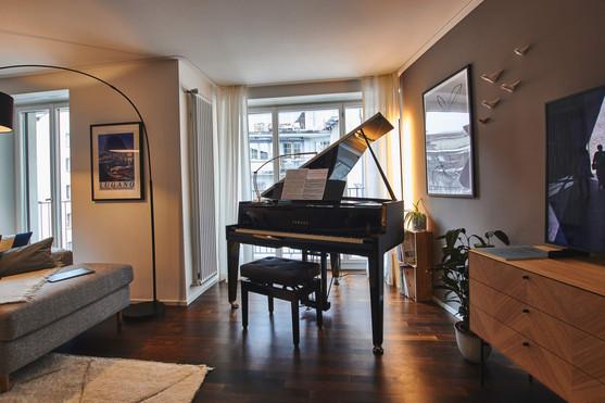 Wie im Film: ein Flügel im Wohnzimmer! Das klappt sogar in einer kleinen Mietwohnung in Zürich's Altstadt!