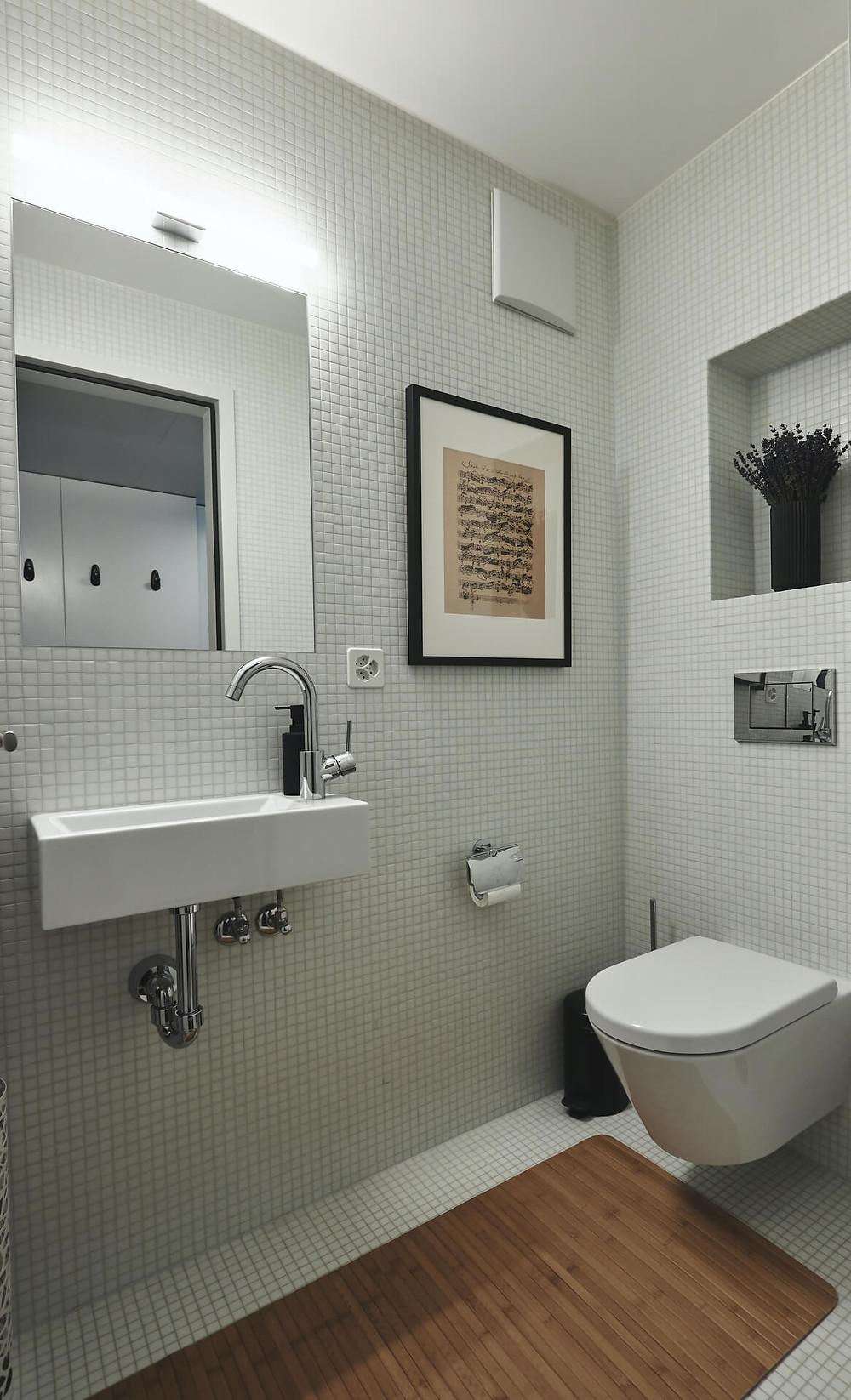 edle Gästetoilette dank Bild, Vase/Blumen und Bambus-Teppich
