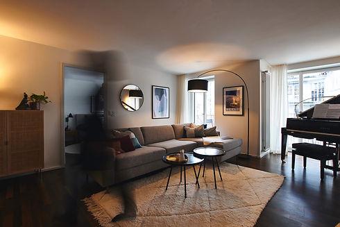 Die Wohnung ist fertig eingerichtet, alle Puzzleteile am richtigen Ort... die Einrichtungsberaterin huscht noch schnell durch's Bild. Projekt und Fotos: Localia. Interiors.