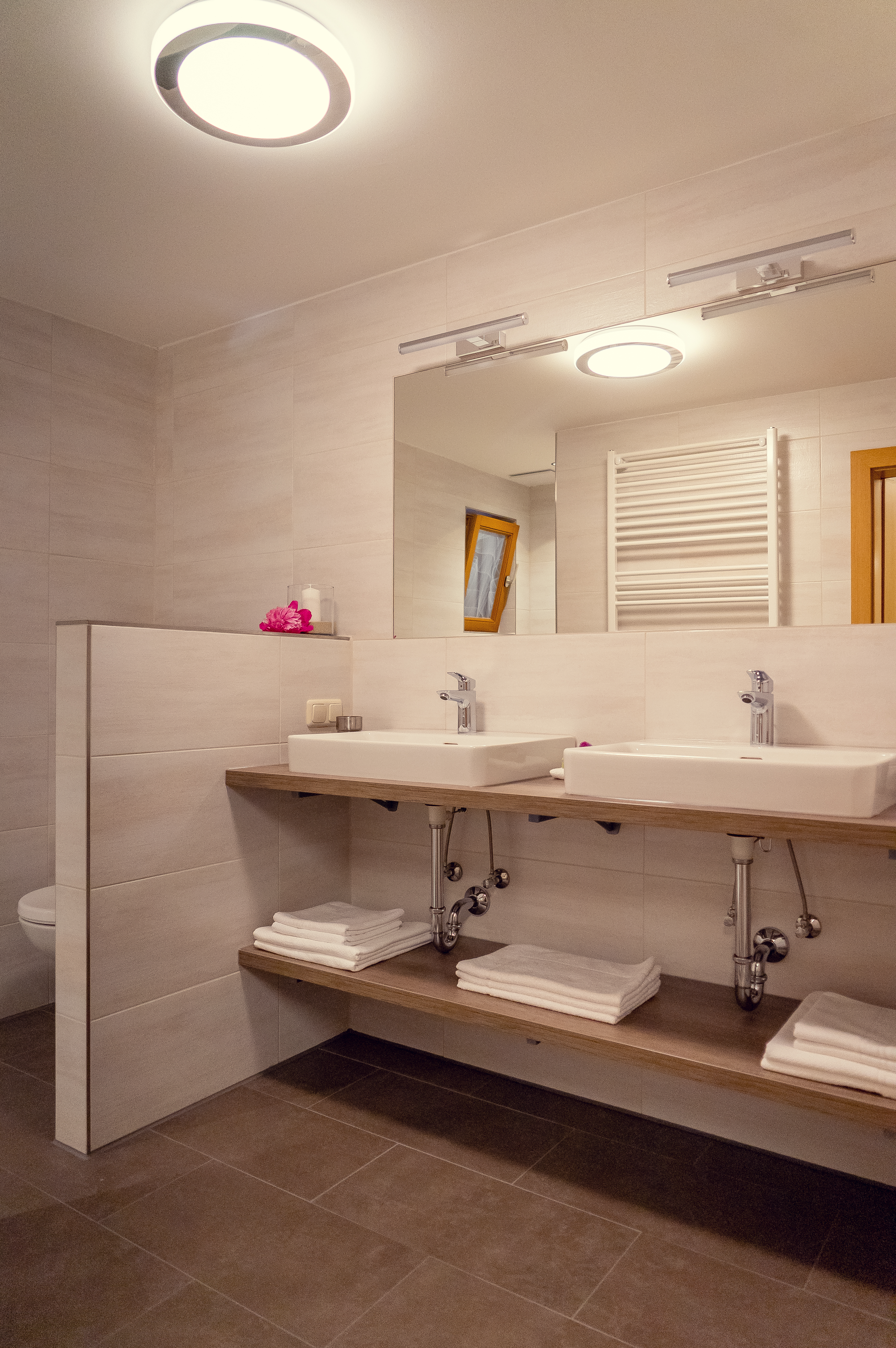 Badezimmer mit 2 Waschbecken und bodengleicher Dusche