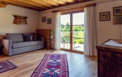 Das Wohnzimmer mit Blick aufs Grüne