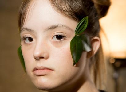 Primeira modelo com Síndrome de Down a desfilar nas passarelas do Brasil Fashion Week