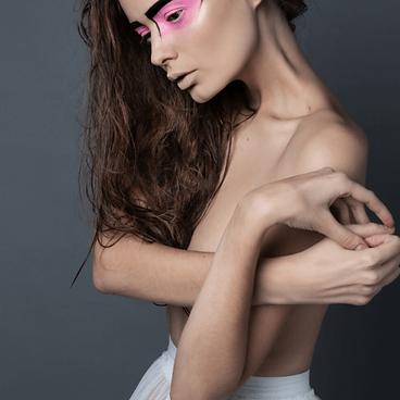 mujer semidesnuda maquillada