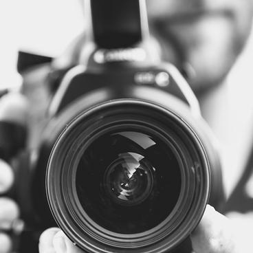 persona sosteniendo un lente de cámara