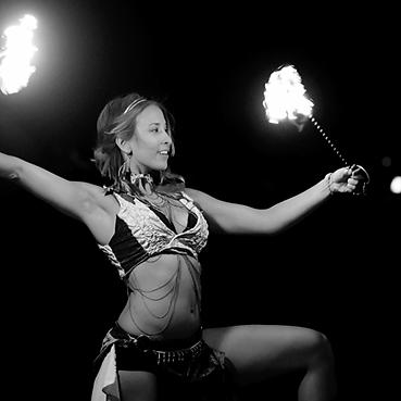 mujer de circo prendiendo fuego