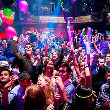 personas en fiesta con globos y bebidas