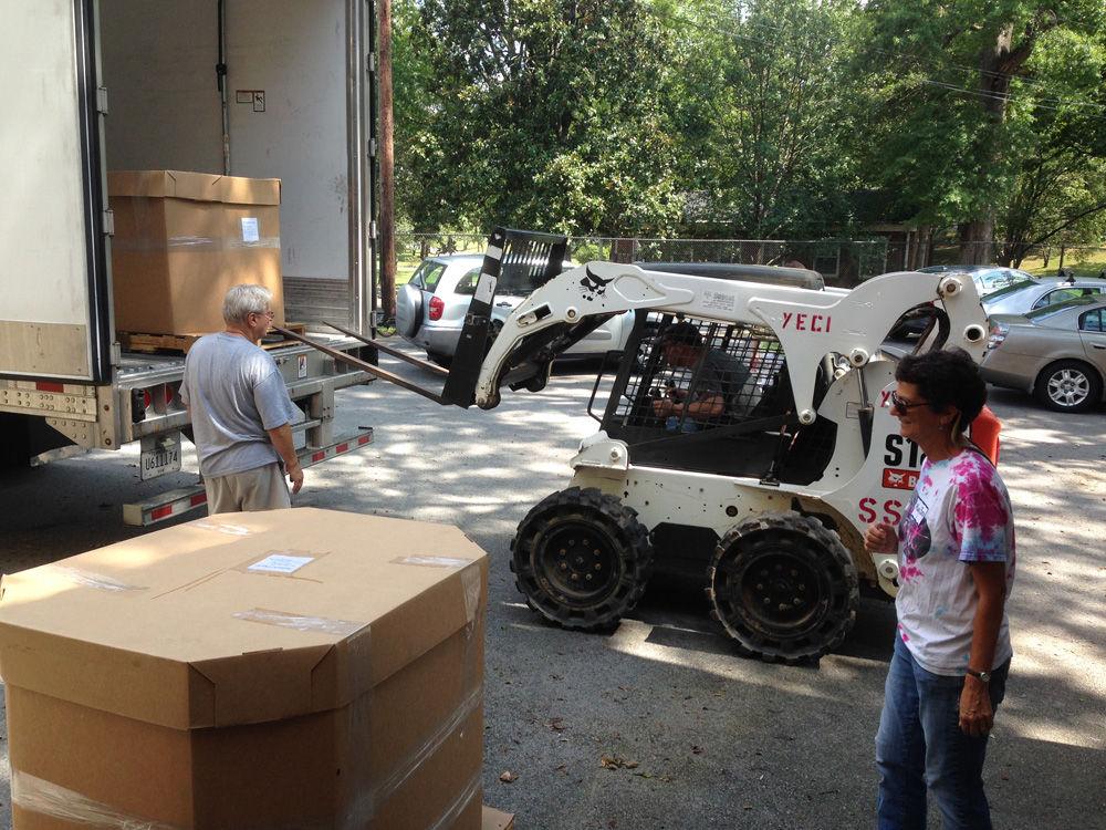 Unloading grapes onto pallets