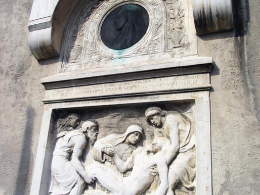 ...am Turm der Johanniskirche ein Relief,