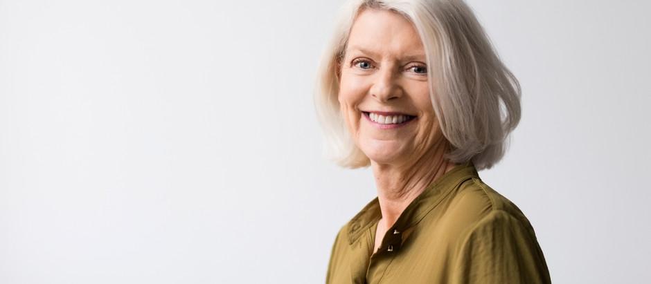 La mujer de hoy que luce sus canas entendió la belleza de saber envejecer