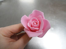 Make a rose from sugarpaste