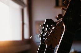 Fotografía de boda en Menorca. Fondo guitarras