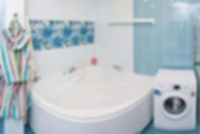 ванна, ванная, смеситель,умывальник, душ, туалет, унитаз, стиральная машина, водопровод, трубы, канализация, плитка, потолок, стены, зеркало, шкафчик, вешалка