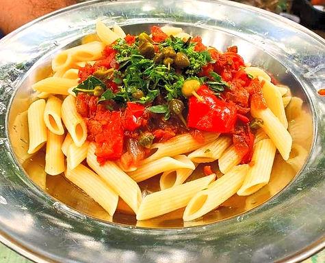 פסטה ברוטב עגבניות, תרד וצלפים