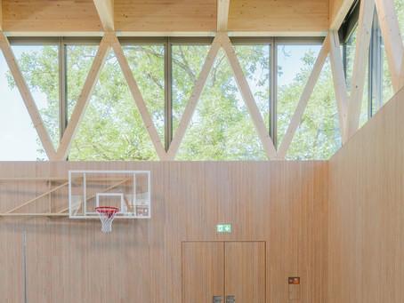 Einzigartiges Schulhaus mit Plexwood Innenausbau